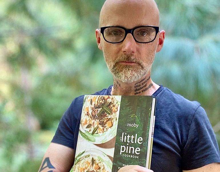 Моби написал веганскую кулинарную книгу
